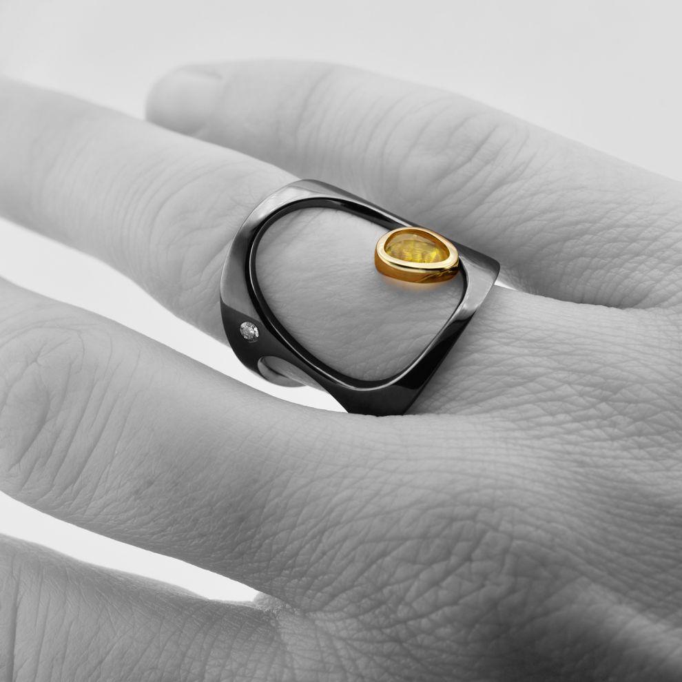 danielakomatovic-ring-Liberty-gold-sapphire-diamond-hand-1570029778.jpg